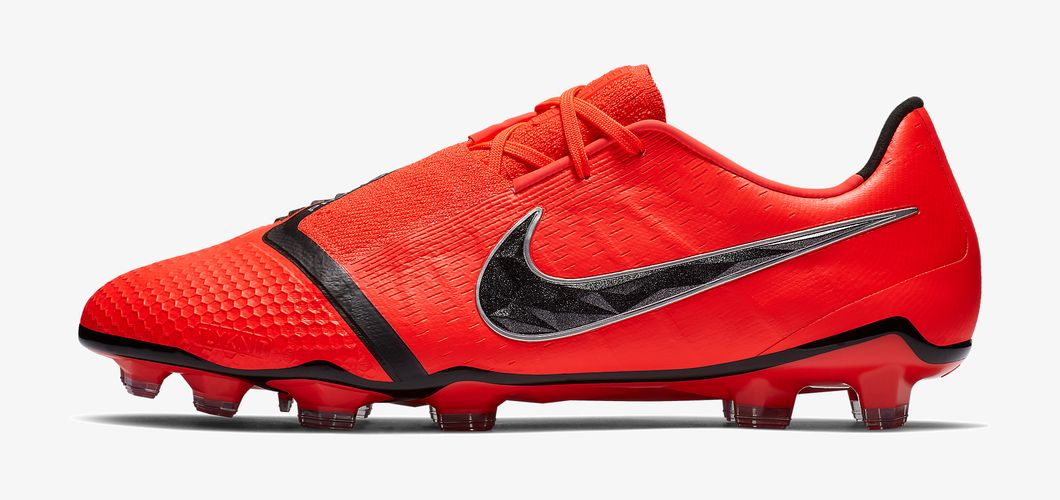 During the BPL Season 2018/2019 the Right footed player of Manchester United, born in Lancaster, England, plays on Nike Phantom VNM.