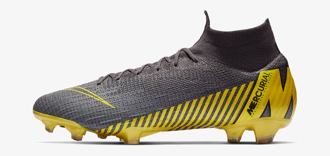During the BPL Season 2018/2019 the Right footed player of Manchester United, born in Duffel, Belgium, plays on Nike Mercurial Superfly VI Elite.