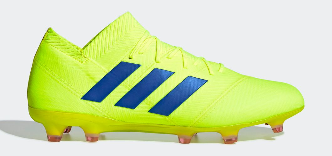 During the BPL Season 2018/2019 the Right footed player of Manchester United, born in Warrington, England, plays on adidas Nemeziz 18.1.