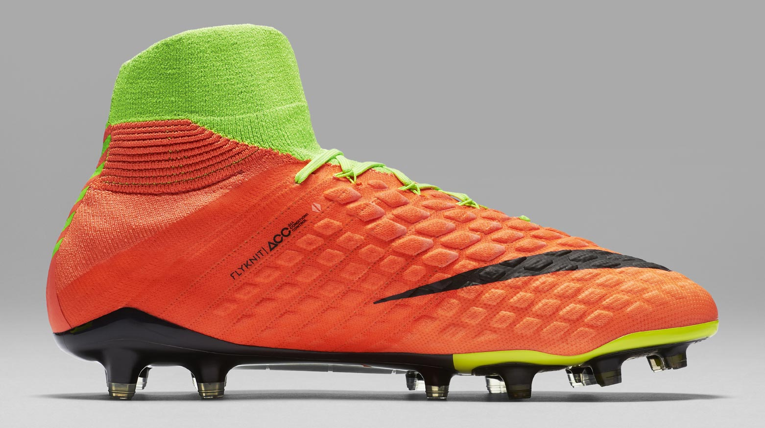 During the BPL Season 2018/2019 the Right footed player of Arsenal, born in Waltham Forest, England, plays on Nike Hypervenom Phantom III DF.