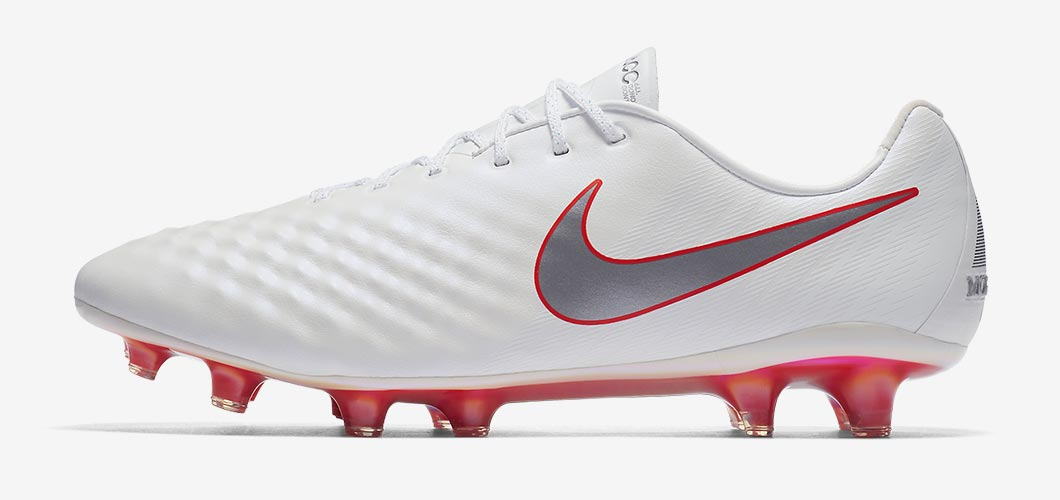 During the BPL Season 2018/2019 the Right footed player of Liverpool, born in Leeds, United Kingdom, plays on Nike Magista Opus II.