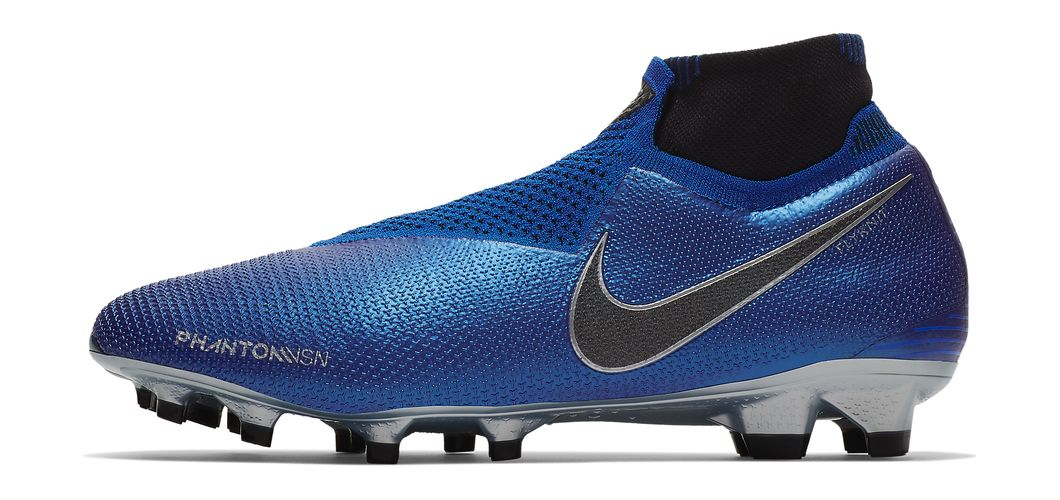 During the BPL Season 2018/2019 the Left footed player of Liverpool, born in Glasgow, Scotland, plays on Nike Phantom VSN.