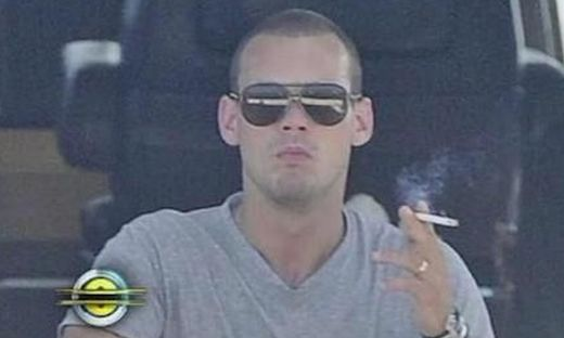 wesley sneijder smoking cigarette
